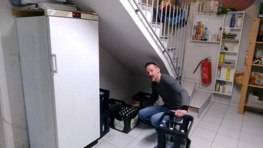 Getränkekästen bequem unter der Kellertreppe lagern